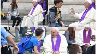 Papa Francisco sorprende y confiesa a 16 adolescentes en Plaza San Pedro
