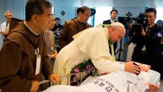 La salud es un derecho de todos y no un privilegio, recuerda el Papa a médicos